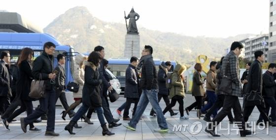 광화문 네거리에서 시민들이 잔뜩 움츠린채 출근길을 재촉하고 있다. /사진제공=뉴스1