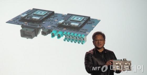 젠슨 황 엔비디아 CEO가 지난달 미국 라스베이거스에서 열린 CES에서 자율주행 차량용 '드라이브 PX 2' 를 선보이고 있다./사진=엔가젯