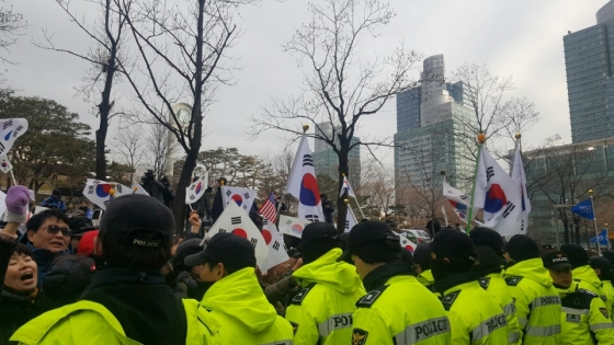 이재용 삼성전자 부회장이 16일 오전 영장심사를 받기 위해 출석하고 난 직후 태극기와 성조기를 든 인원들이 서울중앙지방법원 출입구 앞에서 시위를 벌이고 있다./ 사진=김종훈 기자