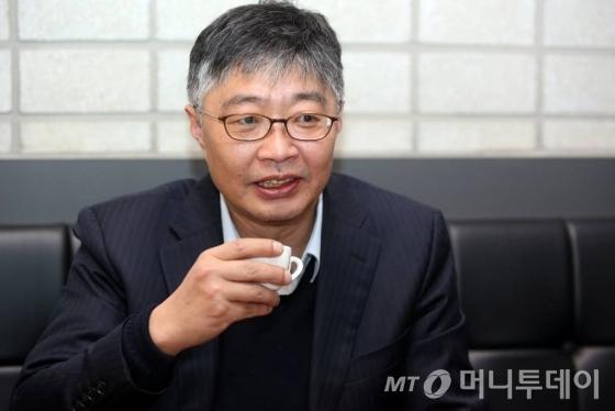 우석훈 경제학 박사(50)는 자신의 현재 직업을 '전업 육아 아빠'라고 소개한다./ 사진=임성균 기자