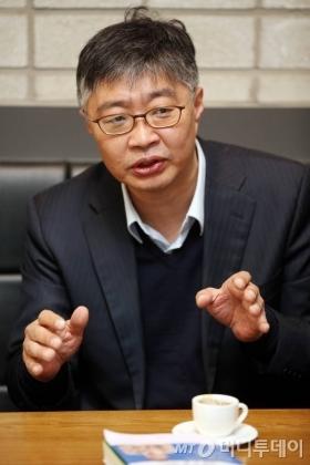 """우석훈 박사는 한국 아빠들의 태도에 대해 """"회사일 핑계 대지 말고, 평일, 주말 육아에 꼭 참여해야 한다""""고 강조했다./ 사진=임성균 기자"""