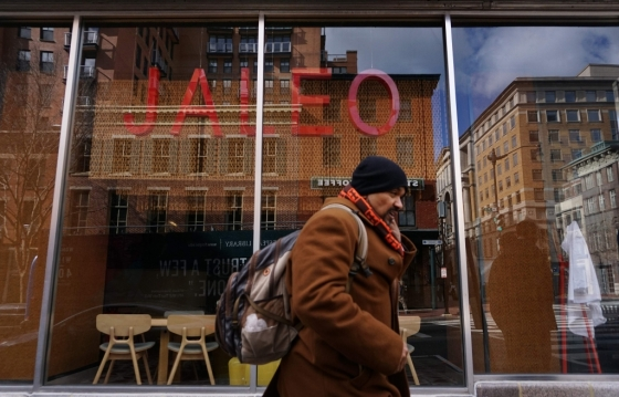 16일(현지시간) 미국 워싱턴DC에서 '이민자 없는 날'을 맞아 휴업한 레스토랑을 지나가고 있는 행인/AFPBBNews=뉴스1