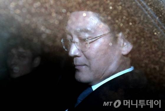 뇌물공여 등의 혐의를 받고 있는 이재용 삼성전자 부회장이 16일 오후 서초동 서울중앙지법에서 두번째 영장실질심사를 마친 뒤 구치소로 이동하고 있다. /사진=홍봉진기자