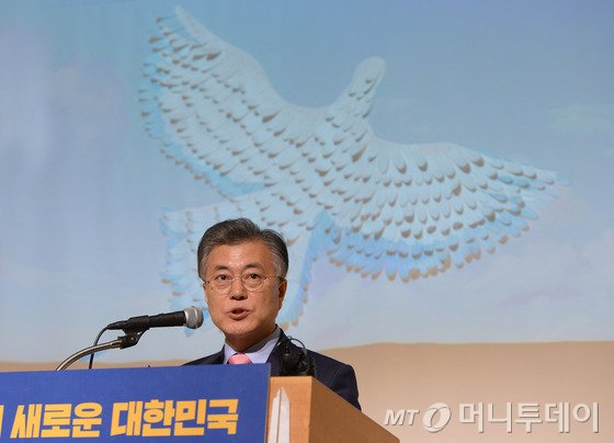 야권의 유력 대선주자인 더불어민주당 문재인 전 대표가 지난 16일 오후 서울 중구 페럼타워에서 싱크탱크 국민성장 주최 대한민국바로세우기 제7차 포럼에 참석해 '새로운 대한민국, 성평등으로 열겠습니다'를 주제로 기조연설을 하고 있다. /사진=뉴스1