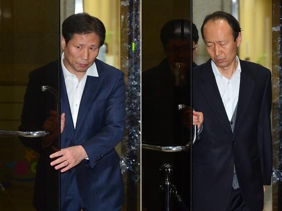안봉근 전 청와대 국정홍보비서관(왼쪽)과 이재만 전 청와대 총무비서관이 지난해 11월 참고인 조사를 마친 뒤 서울중앙지검을 빠져나가고 있다./사진=뉴스1