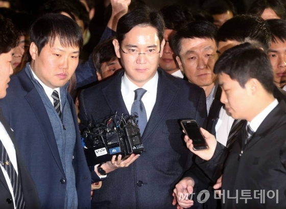 뇌물공여 등의 혐의를 받고 있는 이재용 삼성전자 부회장이 16일 오후 서초동 서울중앙지법에서 두번째 영장실질심사를 마친 뒤 구치소로 이동하고 있다./사진=홍봉진 기자