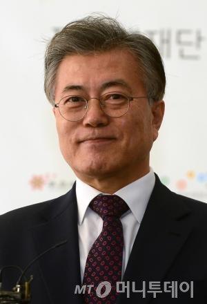 """문재인 전 더불어민주당 대표가 17일 오후 서울 마포구 푸르메재단 넥슨어린이재활병원에서 기자들의 질문에 대답하고 있다. 이날 문 전 대표는 이재용 삼성전자 부회장의 구속소식에 """"정경유착이라는 적폐가 확실히 청산되는 계기가 되길 바란다""""고 밝혔다. 2017.2.17/뉴스1"""