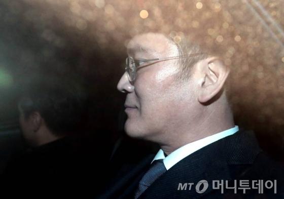 뇌물공여 등의 혐의를 받고 있는 이재용 삼성전자 부회장이 지난 16일 오후 서초동 서울중앙지법에서 두번째 영장실질심사를 마친 뒤 구치소로 이동하고 있다.