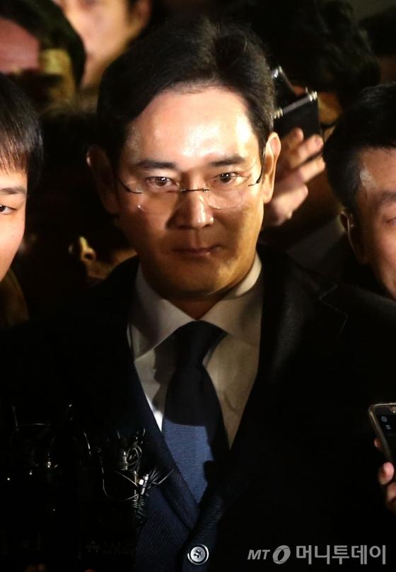 뇌물공여 등의 혐의를 받고 있는 이재용 삼성전자 부회장이 16일 오후 서초동 서울중앙지법에서 두번째 영장실질심사를 마친 뒤 구치소로 이동하고 있다.