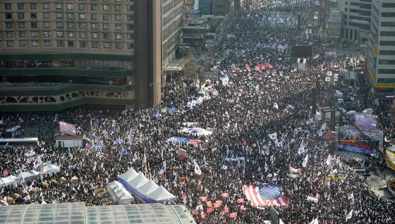 18일 서울 시청앞 서울광장과 대한문 일대에서 열린 탄핵반대 집회에 참가한 시민들이 거리를 가득 메우고 있다. /사진제공=뉴스1