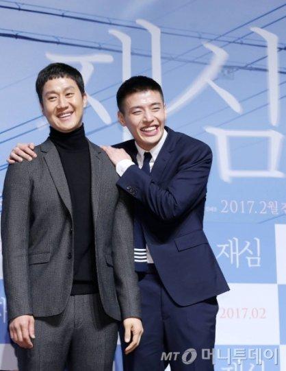 """'재심', 관객 마음 건드리며 주말 극장가 1위…""""100만 돌파"""""""