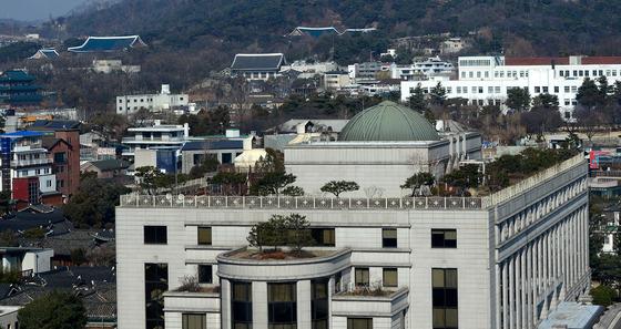 탄핵심판 최종 변론을 하루 앞둔 26일 서울 종로구 재동 헌법재판소 뒤로 청와대가 보이고 있다./ 사진=뉴스1