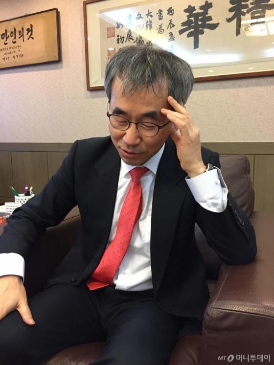 윤철호 '출협' 회장은 인터뷰 도중, 골치아픈 출판계 현안을 푸는 숙제에 대해 얘기할 때 잠시 생각에 빠지기도 했다. /사진=김고금평 기자<br />