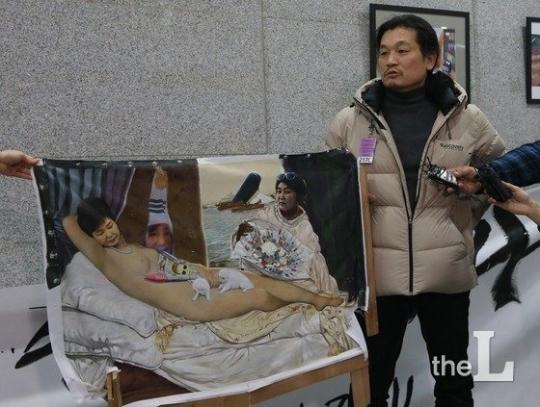박근혜 대통령을 풍자한 '더러운 잠' 그림의 이구영 작가가 24일 보수단체의 그림 훼손과 관련해 입장을 밝히고 있다. /사진=뉴스1