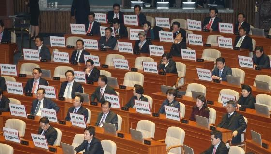 여의도 국회에서 열린 본회의에서 새누리당 의원들이 표창원 의원의 사퇴를 촉구하는 피켓을 들고 있다./사진=이동훈 기자