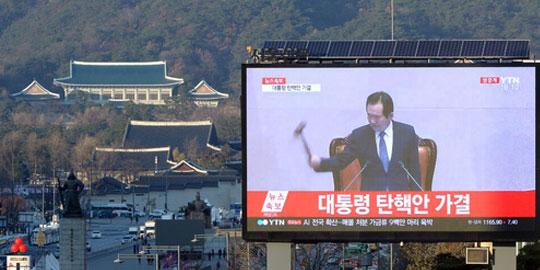 박근혜 대통령의 탄핵안이 가결된 지난해 12월9일 오후 서울 중구 서울도서관에서 바라본 청와대 앞쪽 전광판에 탄핵 투표 결과가 생중계 되고 있다.  /사진제공=뉴시스
