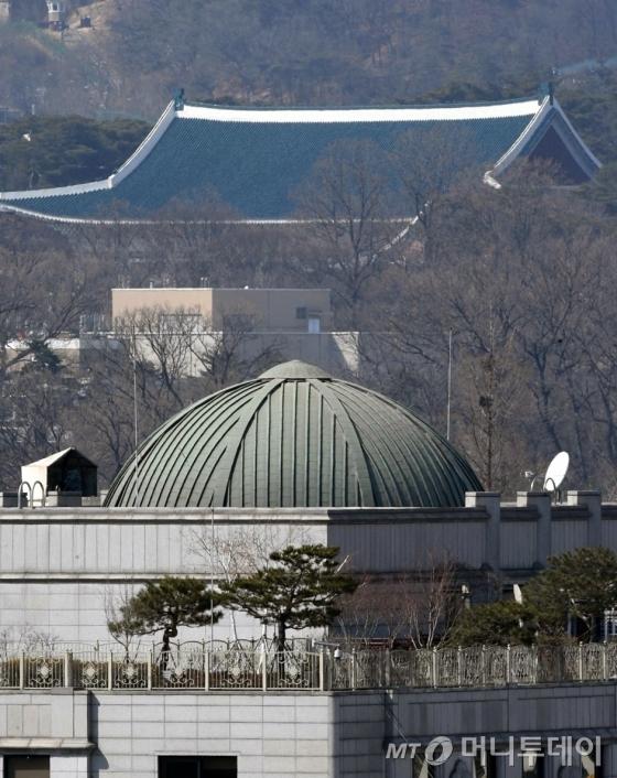 박근혜 대통령 탄핵심판 선고일을 하루 앞둔 9일 오후 서울 종로구 헌법재판소 뒤로 청와대가 보이고 있다. /사진=머니투데이DB