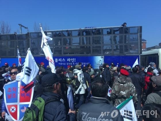 10일 헌법재판소가 박근혜 대통령 탄핵 인용을 결정하자 헌재 인근 안국역 5번 출구 앞에서 '탄핵 반대' 집회를 진행 중이던 친박(친박근혜) 단체들이 헌재로 가겠다며 경찰이 친 차벽으로 돌진했다./사진=김평화 기자