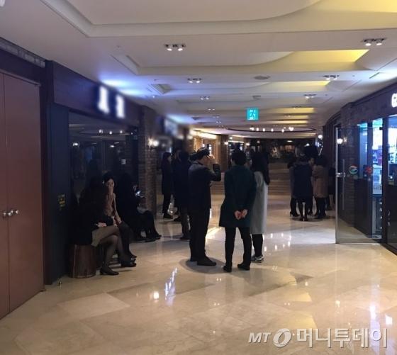 10일 광화문 식당가 찜닭 식당에 점심을 먹으러 온 직장인들이 줄지어 서있다/사진=한지연 기자