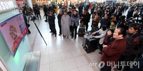 박근혜 대통령 탄핵재판 선고기일인 10일 오전 서울역 대합실에 모인 시민들이 헌법재판소의 판결을 생중계로 보고 있다.