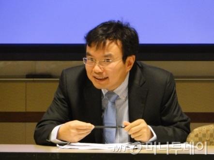 더페이지갤러리와 함께 중국 추상미술전을 기획한 펑펑 북경대 교수. 그는 최근 사드 논란이 확산되며 방한이 취소돼 화상채팅으로 대신 이야기를 전했다. /사진제공=더페이지갤러리