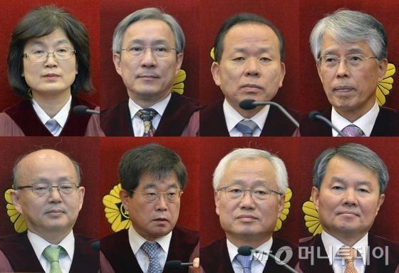 """헌법재판소(소장 권한대행 이정미)는 10일 오전 11시 선고 공판을 열고 박 전 대통령 파면을 결정했다. 이날 헌재소장 권한대행 이정미 재판장은 """"재판관 전원의 일치된 의견으로 주문을 선고한다""""며 """"피청구인 대통령 박근혜를 파면한다""""고 밝혔다. 이로써 박 전 대통령은 대통령으로서의 모든 권한을 상실하고 민간인으로 돌아가게 됐다. 사진 위 왼쪽부터 시계방향으로 이정미 헌법재판소장 권한대행, 강일원 재판관, 김이수 재판관, 조용호 재판관, 이진성 재판관, 김창종 재판관, 서기석 재판관, 안창호 재판관. /사진=뉴스1"""