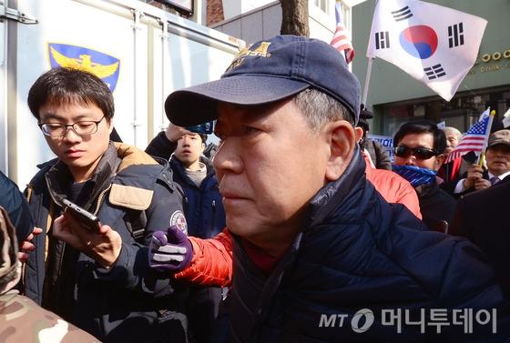 김평우 변호사, 또 신문광고… 헌재 결정 '맹비난'