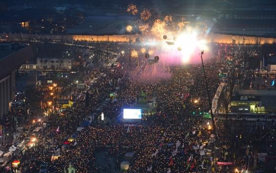 11일 오후 서울 광화문광장에서 열린 탄핵 환영 촛불집회에서 참가자들이 탄핵인용 결정을 축하하는 폭죽을 터뜨리고 있다./사진=뉴스1