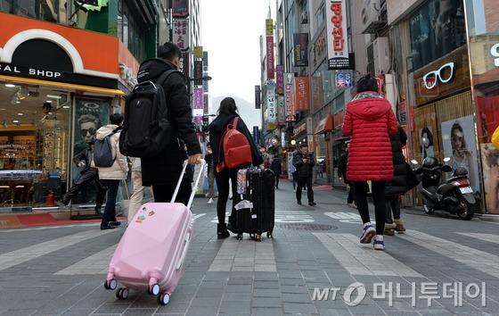 15일 '금한령' 전면 시행을 앞두고 국내 관광·여행 업계에 초비상이 걸렸다. 중국은 고고도미사일방어체계(THAAD·사드) 배치에 따른 보복으로 자국 여행사를 통한 한국관광 상품 판매 금지령을 내렸다. 사진은 서울 중구 명동에서 중국인 관광객이 자국으로 떠나는 모습. /사진=뉴스1