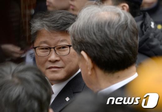 [사진]박 전 대통령 기다리는 조원진 의원