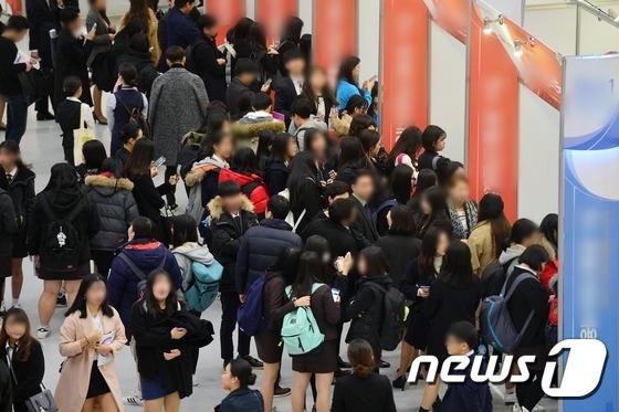 지난해 11월, 한 채용박람회가 관람객들로 북적이는 모습. 사진은 기사 내용과 관련 없음 /사진=뉴스1