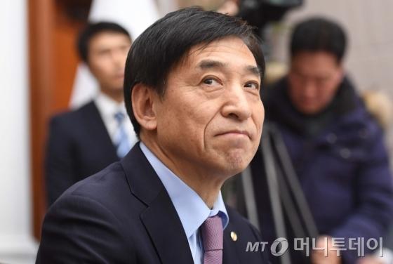 이주열 한국은행 총재가 금통위 회의에 앞서 생각에 잠겨있다. /사진제공=뉴스1