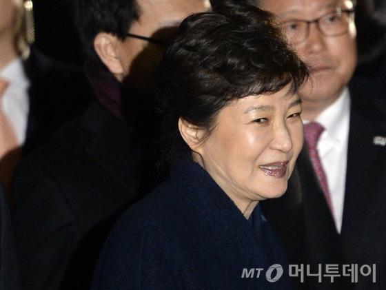 박근혜 전 대통령이 헌법재판소의 탄핵심판 인용으로 청와대를 떠난 12일 저녁 서울 강남구 삼성동 자택에 도착해 마중 나온 친박 의원 및 전 비서실장들과 인사하고 있다. /사진=뉴스1