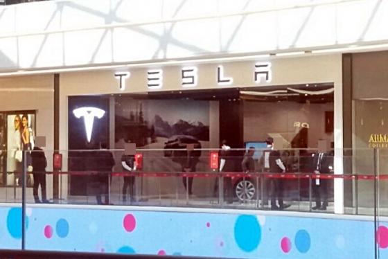 15일 오픈 이후 테슬라 국내 1호점 스타필드 하남점에 검은양복을 입은 직원들이 대기 중이다. 내부는 한산한 모습이다. /사진=장시복 기자