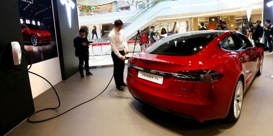 미국 전기자동차업체 테슬라가 15일 오전 경기도 스타필드 하남에서 국내 첫 정식 매장인 '스타필드 하남 스토어'를 오픈하고 있다./사진=홍봉진 기자