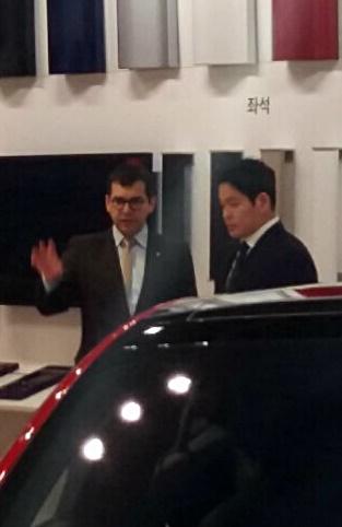니콜라스 빌리저 테슬라 아태 부사장이 15일 한국 파트너인 정용진 신세계 부회장에게 20여분간 별도 설명을 하고 있다. 그러나 한국 취재진 설명회는 없었다./사진=장시복 기자