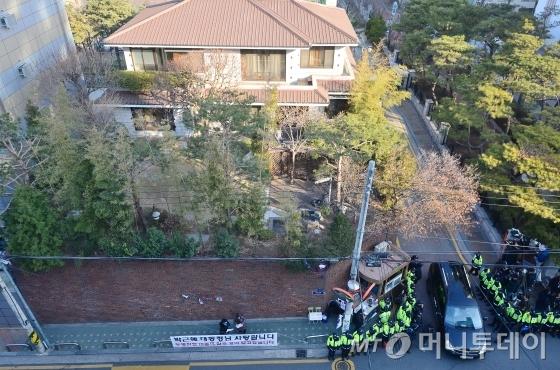 14일 서울 강남구 박근혜 전 대통령 사저에서 차량 한 대가 나오고 있다. /사진공동취재단