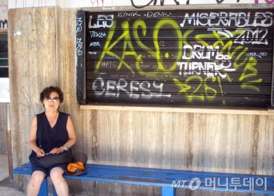 60대에 처음 자유여행을 다녀온 뒤 자유여행에 푹 빠져있는 김원희씨. 그는 블로그에 기재했던 여행기 등을 모아 최근 책 '할매는 파리여행으로 부재 중'을 펴냈다. /사진제공=봄빛서원
