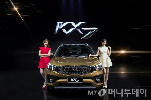기아차가 16일 중국 시장 공략을 위해 선보인 중형 SUV 'KX7'/사진제공=기아차 <br />