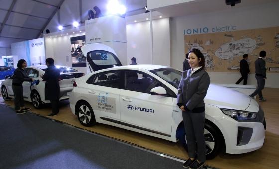 현대차가 16일 제주 여미지식물원에서 열린 '제4회 국제전기차엑스포'에서 친환경차 전용브랜드 아이오닉을 선보이고 있다./사진제공=현대차