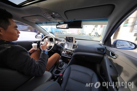 현대자동차가 지난달 미국 라스베이거스에서 열린 세계 최대 전자 전시회인 '2017 CES'에서 선보인 아이오닉 기반의 자율주행차./사진제공=현대차<br />