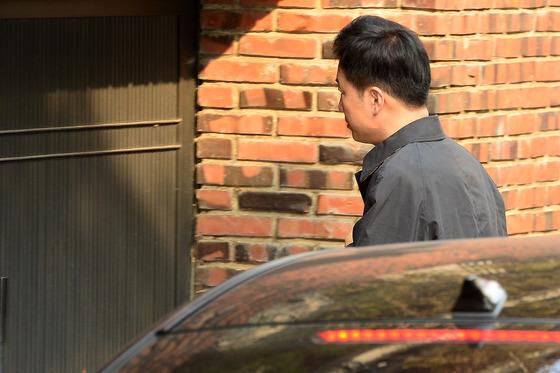 유영하 변호사가 18일 오전 서울 삼성동 박근혜 전 대통령 사저로 들어서고 있다./ 사진제공=뉴스1