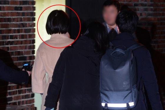16일 저녁 8시40분쯤 박근혜 전 대통령 사저를 방문한 윤전추 청와대 행정관(빨간원) 뒷모습. 윤 행정관은 17일 저녁에도 박 전 대통령 사저를 찾았다./ 사진제공=뉴스1