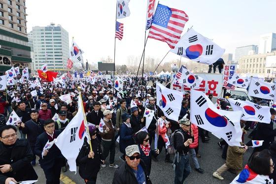박근혜 전 대통령의 탄핵에 반대하는 사람들이 18일 오후 서울 중구 대한문 앞에서 집회를 열고 안국동 방향으로 행진하고 있다. /사진=뉴스1