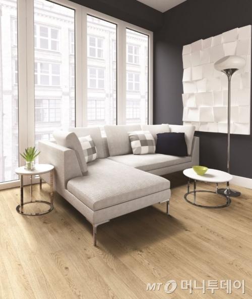 한화L&C가 홈쇼핑을 통해 선보인 '벽지+바닥재' 패키지 인테리어 상품으로 시공한 모습/사진제공=한화L&C