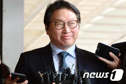 '뇌물 의혹' 최태원 SK회장 13시간 조사 후 귀가