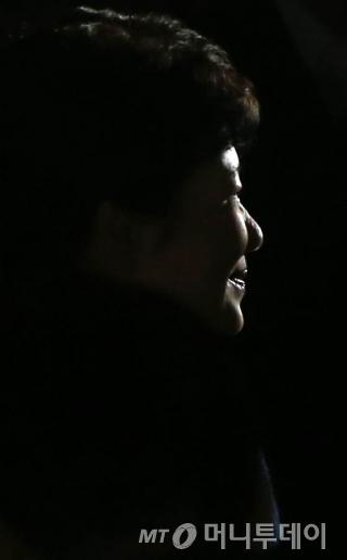 박근혜 전 대통령이 12일 저녁 청와대를 떠나 서울 강남구 삼성동의 사저로 들어서는 중이다. /사진=홍봉진 기자