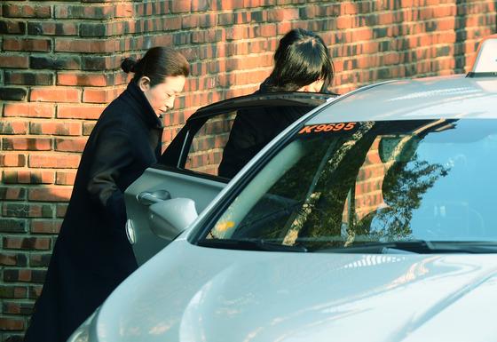 19일 오전 정송주 미용사 자매가 서울 강남구 삼성동의 박근혜 전 대통령 사저를 나서는 중이다. /사진제공=뉴스1