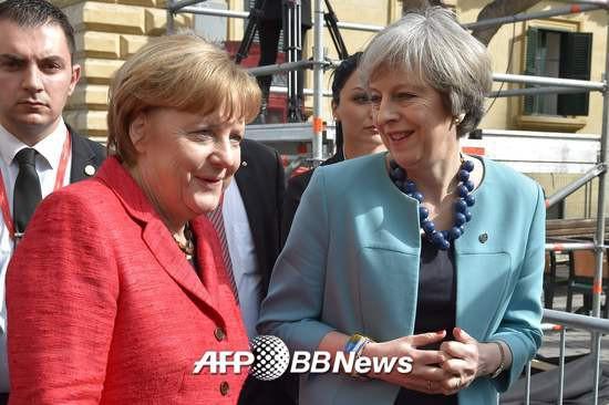 앙겔라 메르켈 독일 총리(왼쪽)와 테리사 메이 영국 총리/AFPBBNews=뉴스1