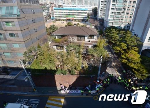 박근혜, 자택서 14개 신문 구독…중앙일보는 제외